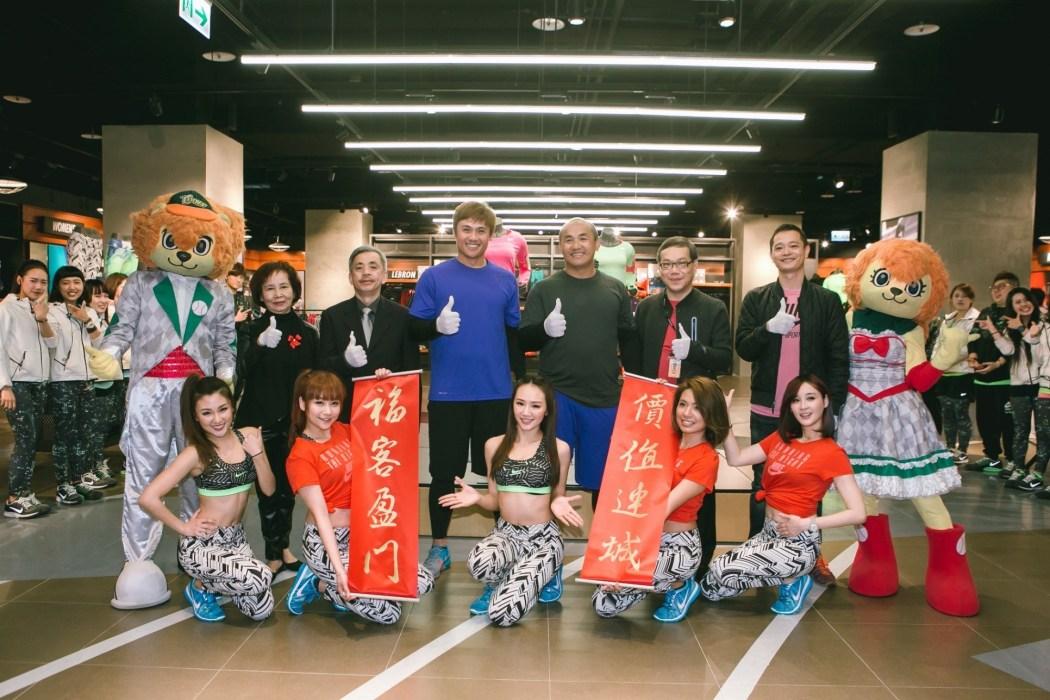統一獅隊球員張泰山、陳鏞基蒞臨剪綵,希望將來能與福城南紡夢時代Nike Super Store有更多合作機會