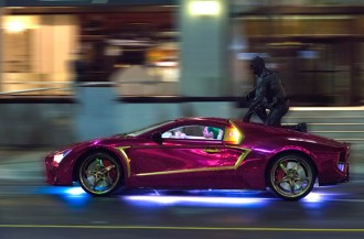 batman-rides-the-jokermobile-during-filming-of-suicide-squad-in-toronto-1