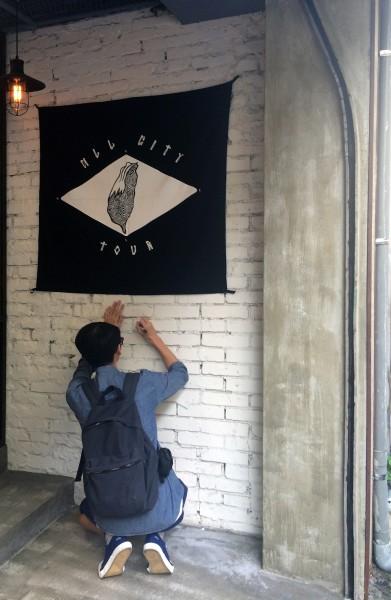 塗鴉藝術家REACH在出發前,特地至3NITY東區概念店牆面掛上此次旅行的象徵旗幟並簽名留念,宣告正式踏上環島之旅 3