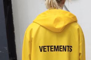還記得 VETEMENTS 最火的雨衣嗎?現在他有新配色了….