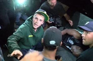 Justin Bieber 駕車擦撞記者!受傷記者自拍影片護航小賈!