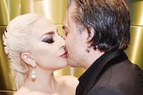 你沒瞎,Lady Gaga 真的跟「鷹眼」交往了!