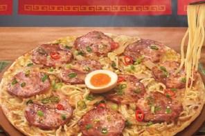 日本人看到會氣死吧?把拉麵放在披薩上到底是什麼想法!