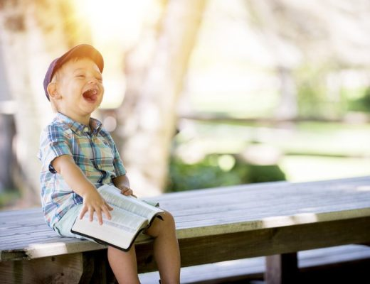 jongen lacht boek