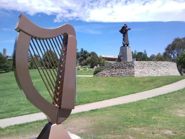picture of an irish harp