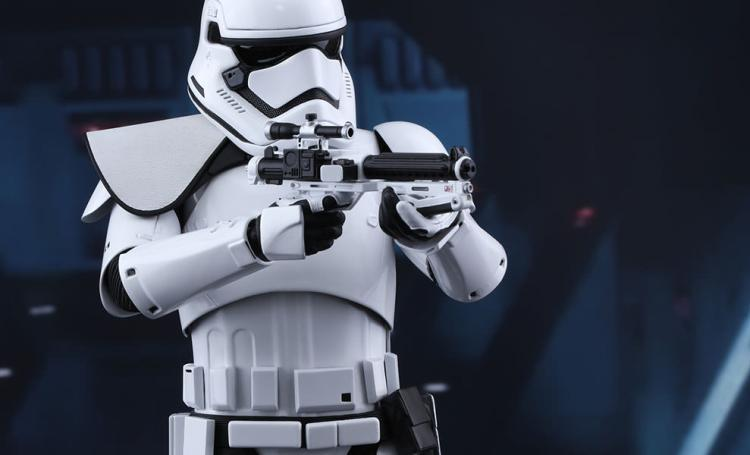 star-wars-first-order-squad-leader-stormtrooper-sixth-scale-hot-toys-feature-902539