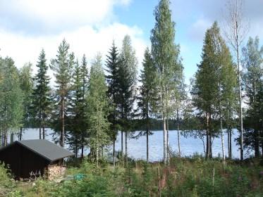 Am Mökki mit Blick auf die Sauna.