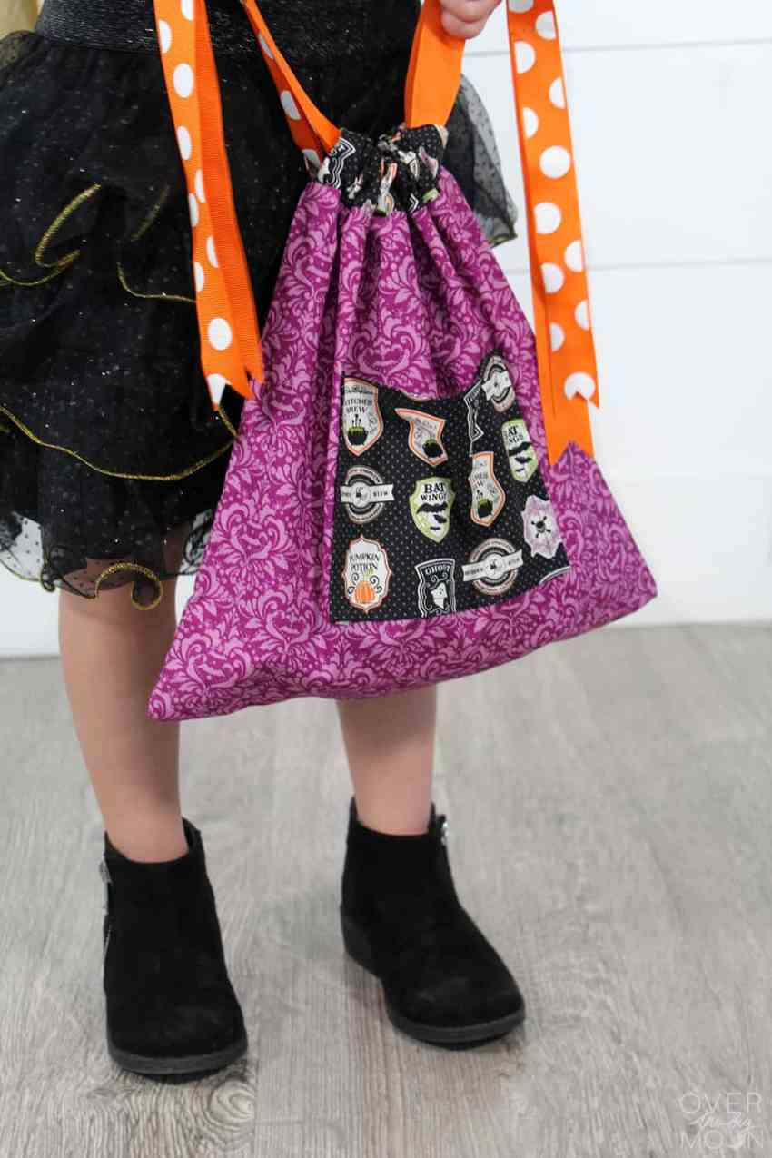 Easy Halloween Trick or Treat bag for kids | www.overthebigmoon.com