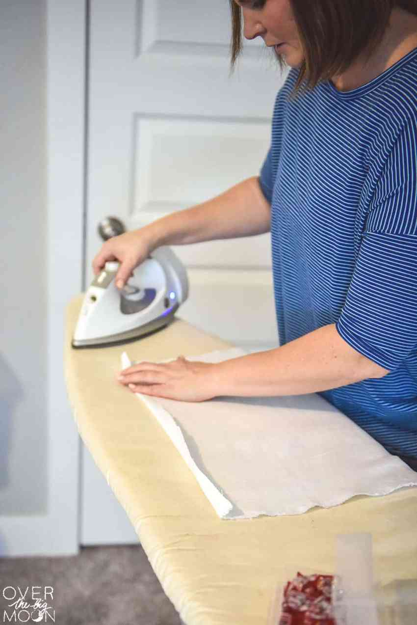 How to Sew Easy DIY Linen Napkins - the perfect beginning sewing project!! The napkins are so pretty too! From overthebigmoon.com!