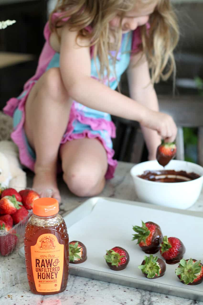 5 Min Chocolate Covered Strawberries - from overthebigmoon.com!