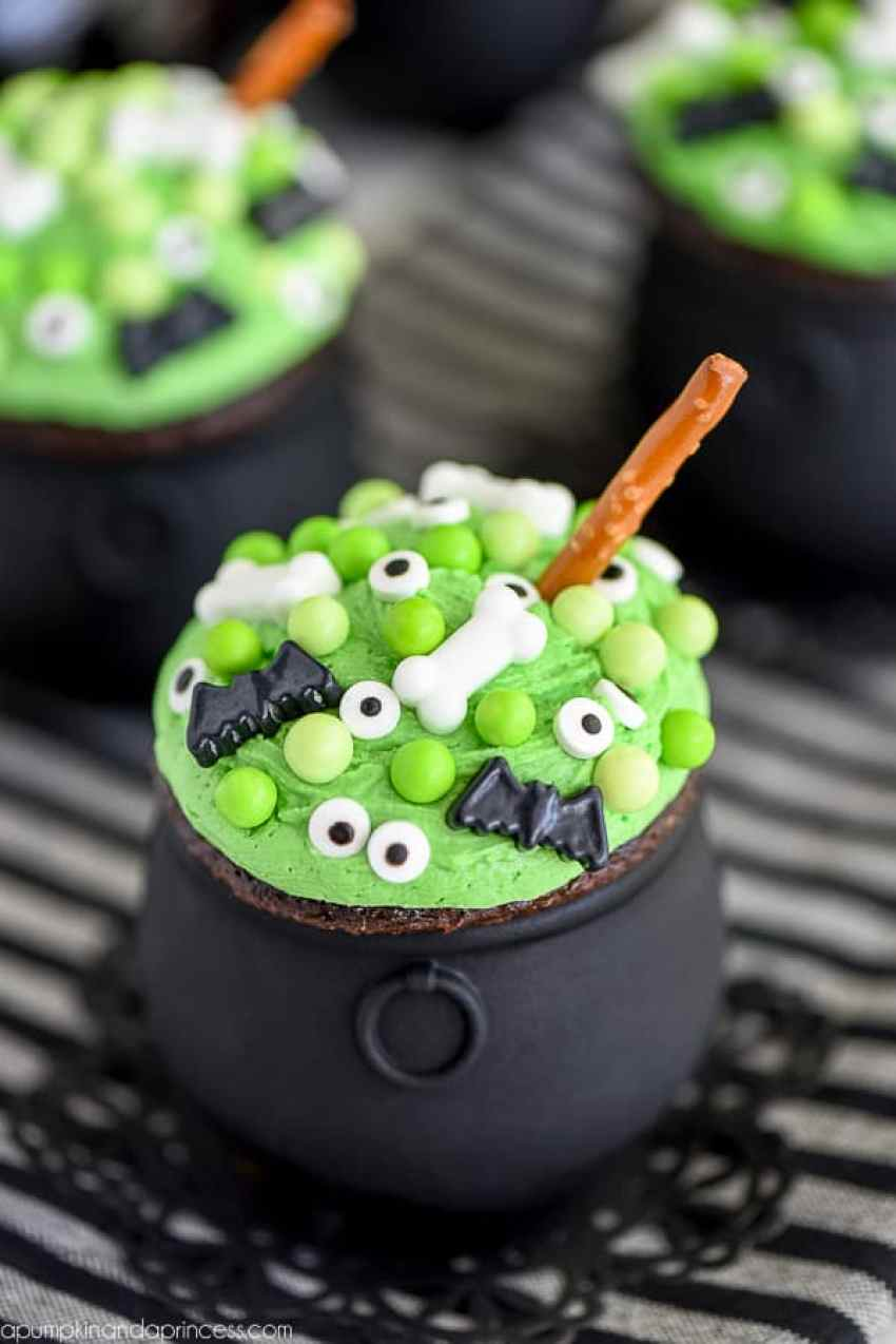 The BEST Halloween Treats perfect for class parties, friend parties or even just a family treat! From overthebigmoon.com!