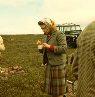The Queen relaxes with a cuppa during a picnic on grouse moors - Droits réservés