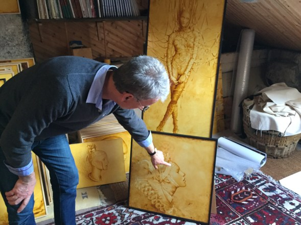 Bernard Fièvre devant ses portraits – ©Chloé Chateau
