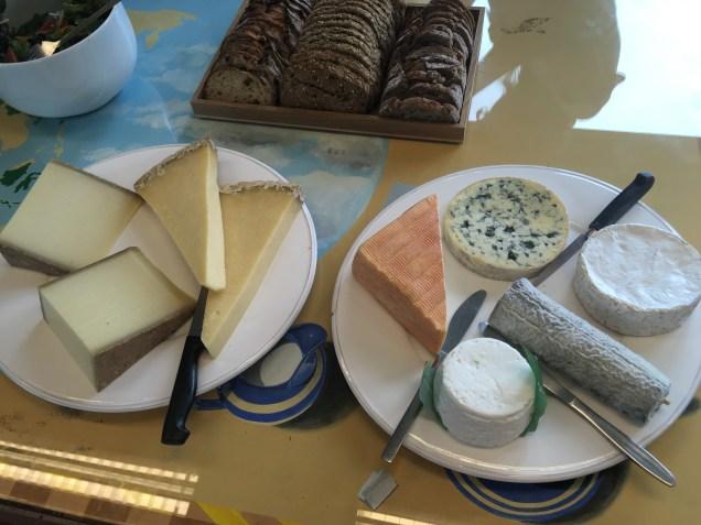 Le plateau de fromage du déjeuner chez Dammann Frères : Comté, Salers, Maroilles, Fourme d'Ambert, Camembert, Sainte-Maure de Touraine et Petit Billy - ©Chloé Chateau