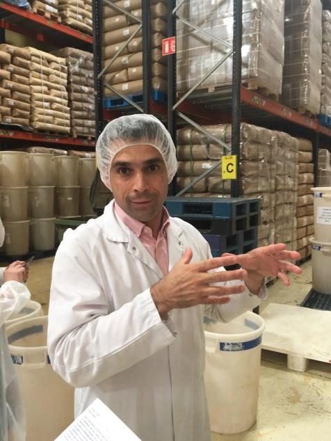 Alexis Grand dirige la visite de l'usine Dammann Frères à Dreux - ©Chloé Chateau
