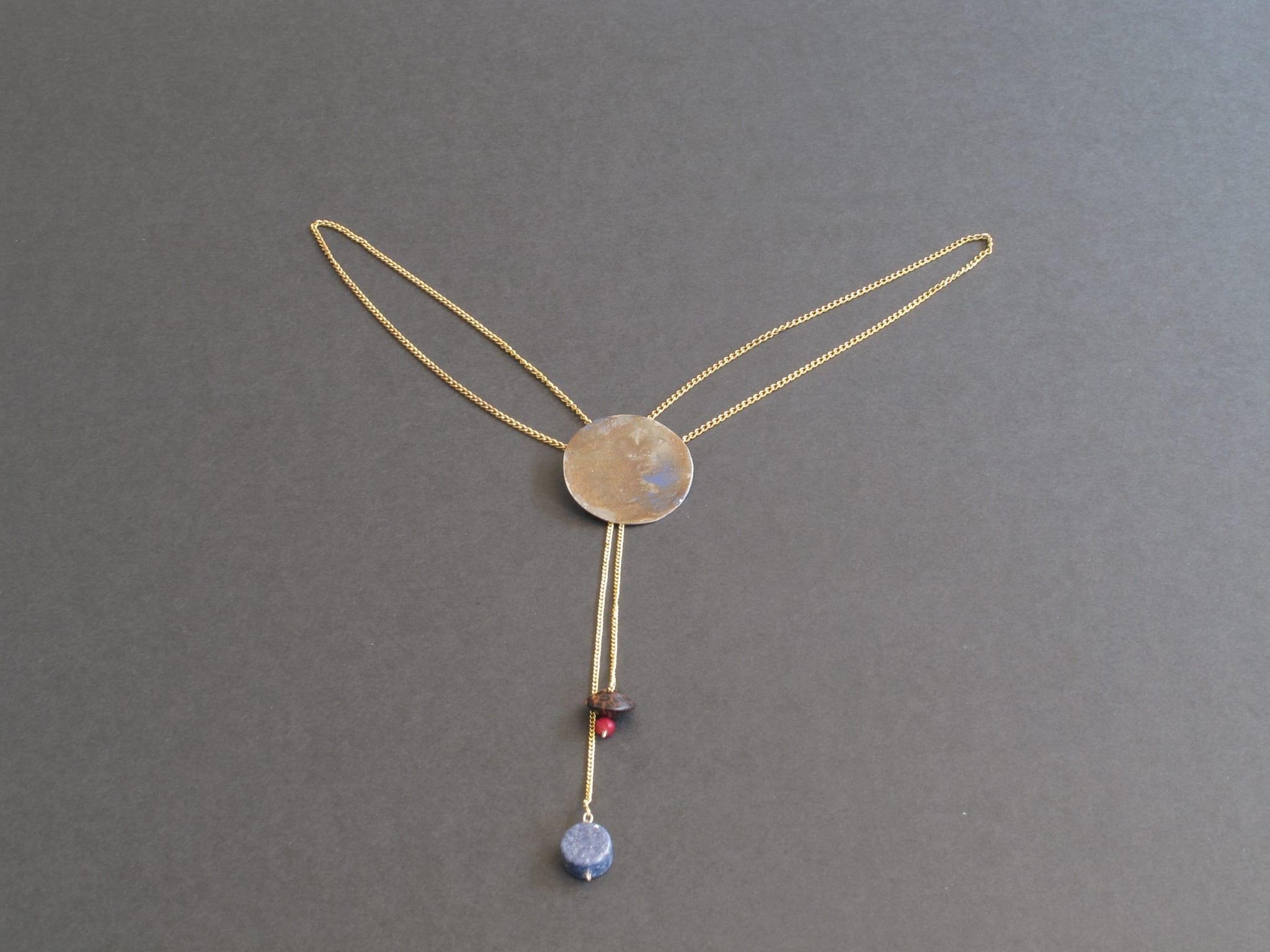 Médaillon fer patiné doré, bois, perle et corail