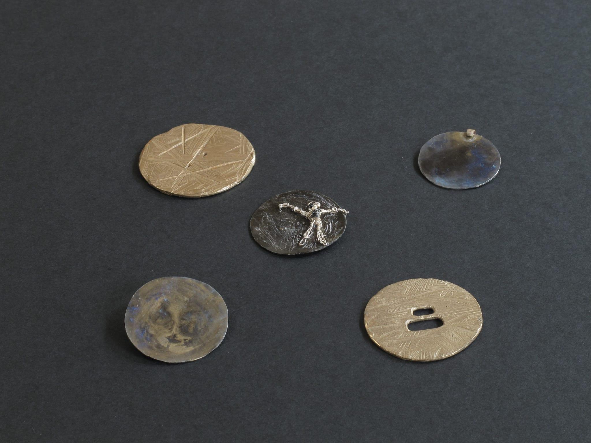 Médaillons bronze et fer patiné