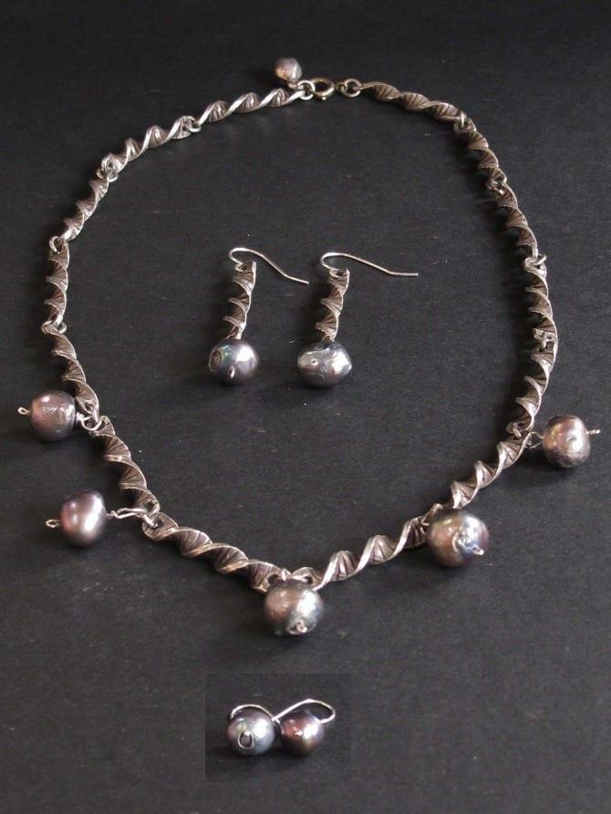 Parure réalisée à partir d'un collier métal avec ajout de perles d'eau