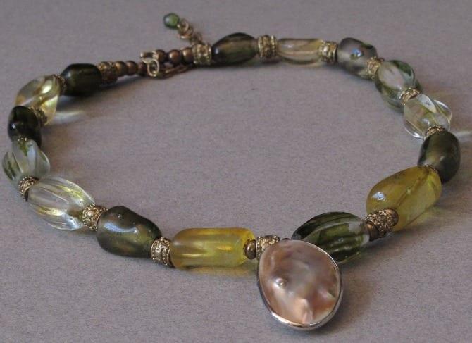 collier en pate de verre avec bague nacre comme médaillon
