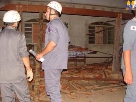 Bombeiros em casa que teve o telhado destruído no bairro Jardim Brasil(Foto: Michelly Oda)