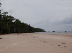 Praia do Machadinho, próxima a colares. (Crédito: A. J. Gevaerd - Revista UFO)