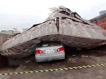 disco voador cai em cima de carro