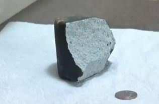 Meteorito que atravessou o telhado de casa em Wolcott tem o tamanho aproximado pouco maior do que uma bola de tênis