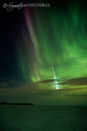meteoro corta aurora boreal