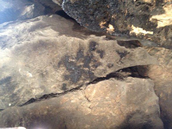 Impressão digital de mão gigantesca encontrada na Caverna Lovelock