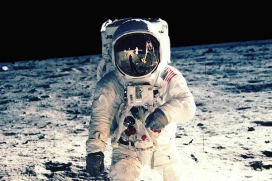 Chefe da agência espacial russa diz que irá conferir se americanos realmente pisaram na Lua