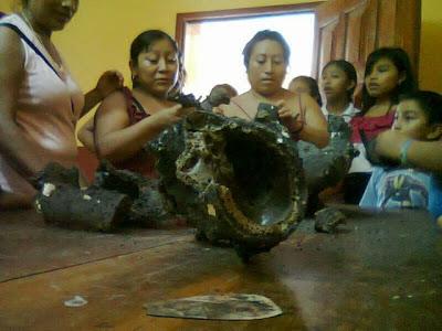 Moradores da região examinam os destroços.