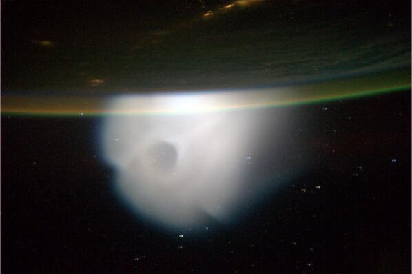 Astronauta tira foto de rastro deixado no espaço
