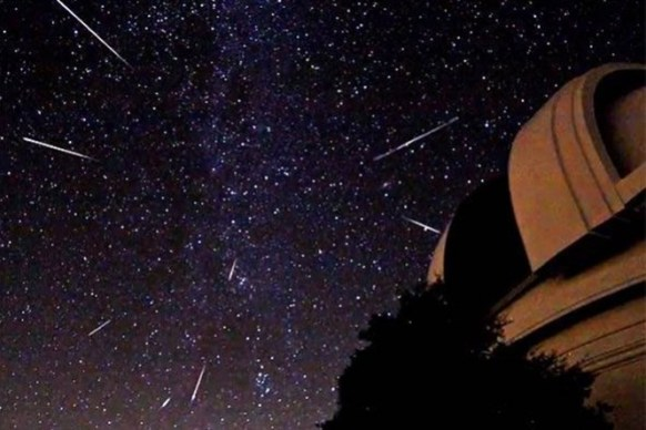 Chuva de meteoros com rastros apontando seu ponto de origem.