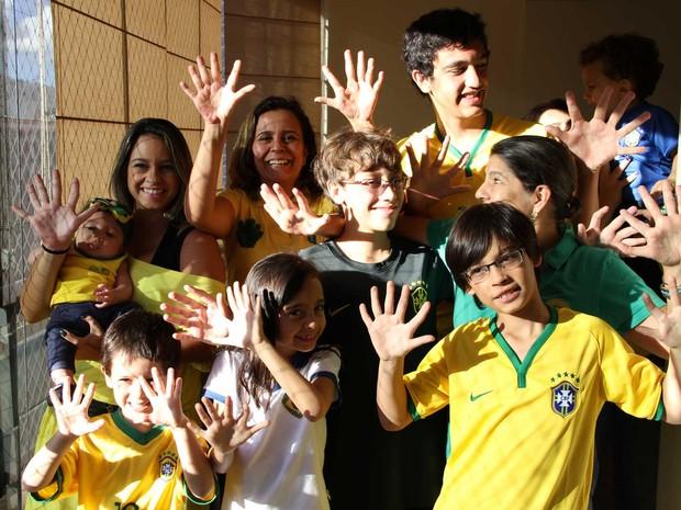 Família no DF que tem 6 dedos em cada mão; característica é comum a 14 membros do grupo (Foto: Vianey Bentes/TV Globo)
