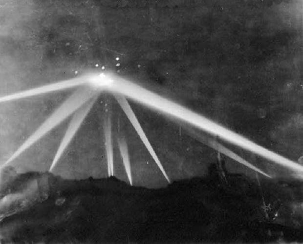 Imagens de Roswell? Uma nave alienígena com hieróglifos egípcios, pilotada com as mãos 1