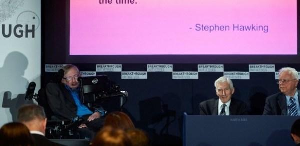 O astrofísico britânico Stephen Hawking anuncia o lançamento de um novo projeto que tentará encontrar vida fora da Terra. (Foto: UOL)