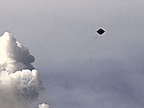 OVNI em formato de diamante, sobre o Vulcão Colima
