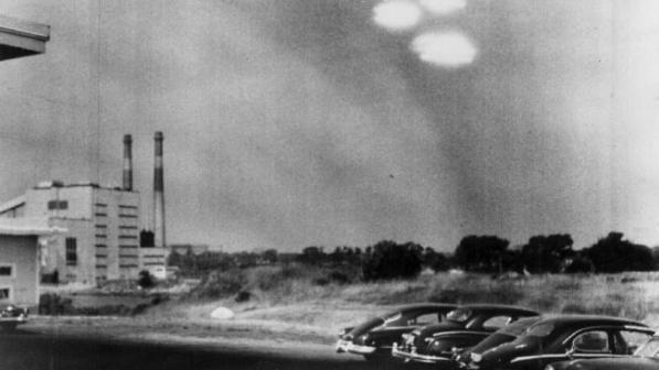 Foto tirada pela Guarda Costeira dos EUA, mostrando 'discos voadores' sobre Salem em 1952.