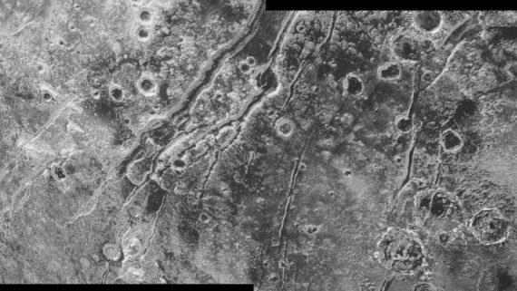 Rachaduras na superfície de Plutão mostram os efeitos da atividade subterrânea.