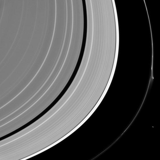 perturbação_em_anel_de_Saturno_2