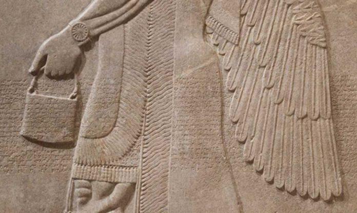 """A misteriosa """"bolsa de mão"""" encontrada em esculturas antigas por todo o globo"""