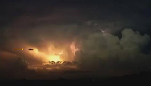 OVNI sai de uma tempestade de raios