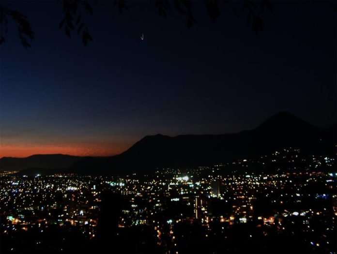 Perplexo, astrônomo chileno observa OVNI / UFO por 35 minutos 1