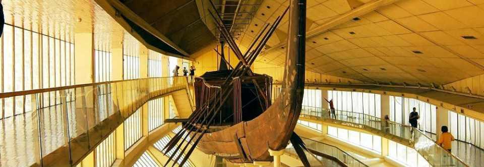 """Um """"barco solar voador"""" foi enterrado no pé da grande pirâmide de Gizé 2"""