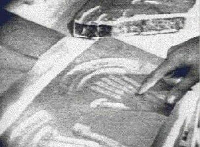 Imagens de Roswell? Uma nave alienígena com hieróglifos egípcios, pilotada com as mãos 2