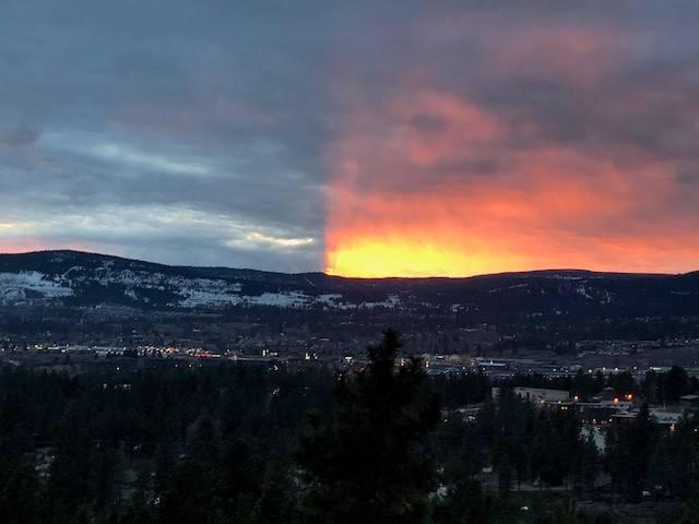 Céu se divide em dois durante pôr-do-sol no Canadá