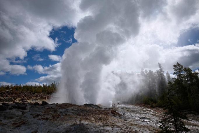Gêiser no Parque Yellowstone entre em erupção novamente