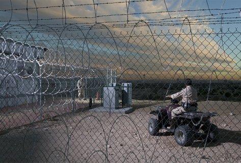Guardas armados vigiam fortemente hangar com material alienígena