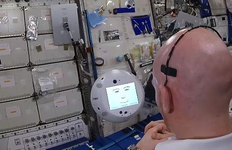 Robô da Estação Espacial acusa astronauta de ser malvado