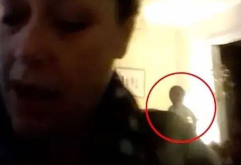 Entidade estranha aparece atrás de mulher em chat de vídeo